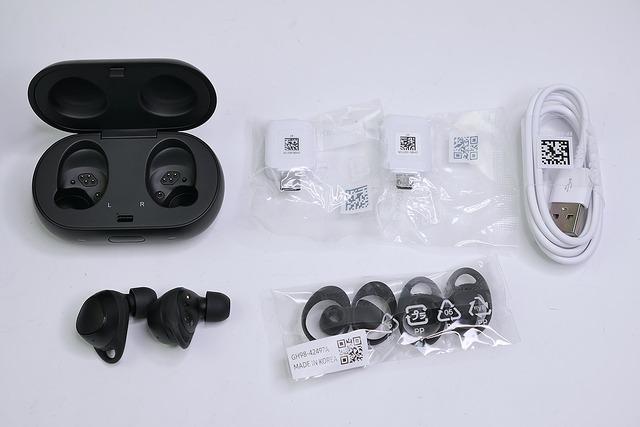 パッケージ。交換用のサイズ違いのイヤーピースやフックが付属するほか、充電ケーブルのアダプタも