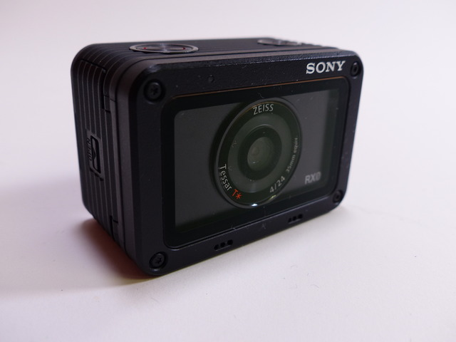 『Cyber-shot DSC-RX0』。高さ約40.5×横幅59.0×奥行き29.8mm。重さ約110g(バッテリー、microSDメモリーカードを含む)