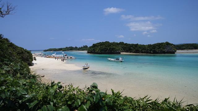 青い空とエメラルドグリーンの海、色鮮やかな緑のコントラストが美しい川平湾