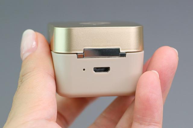 充電ケースの充電ポートはmicroUSB