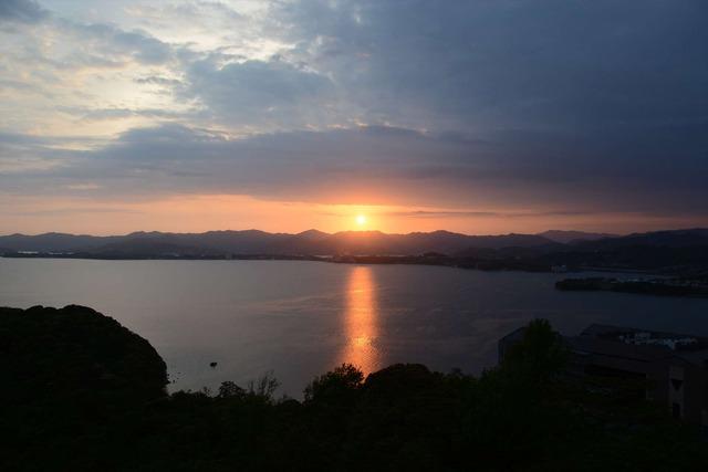 夕焼け空中散歩ツアー:大草山の屋上展望台からの夕景【錦怜那】