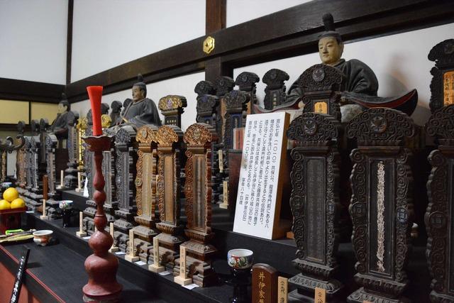 龍潭寺:井伊家歴代主の木像や位牌【錦怜那】
