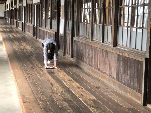 雑巾がけ体験【画像:錦怜那】