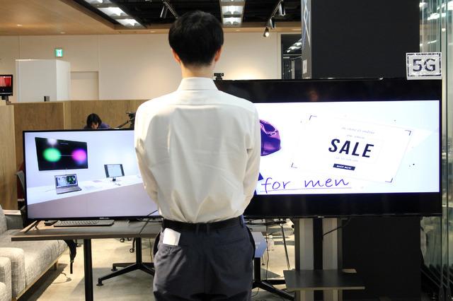 「Intelligent Display」のデモ。5G回線を利用した右のディスプレイは男性向けの広告を表示しているが、4G回線を利用した左のディスプレイは表示が変わるのに時間がかかる