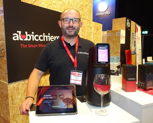 イタリアのnexmaが展示したスマート・ワイン・ディスペンサー「Albicchiere」