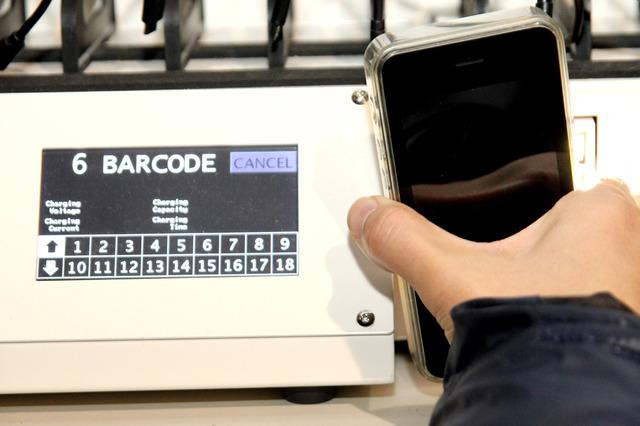 端末のバーコードを読み込み、充電回数や状況をログとして記録