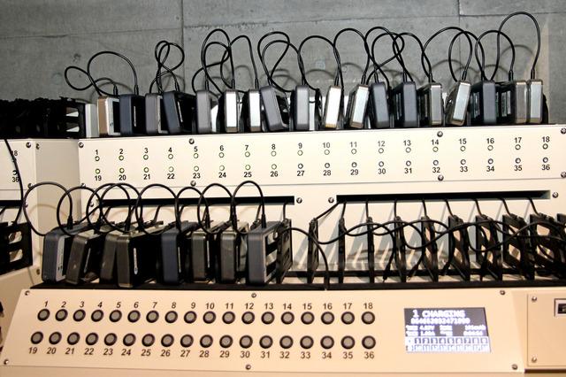 端末専用の充電台。充電状況をランプで確認できる