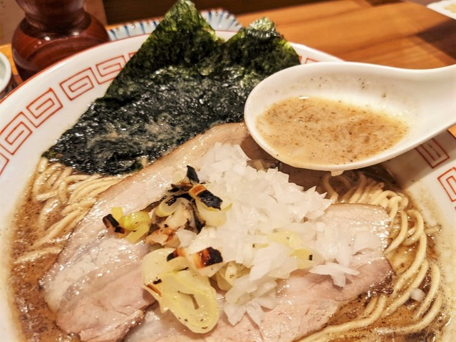 鯖を余すことなく、まるごと使った濃厚スープ