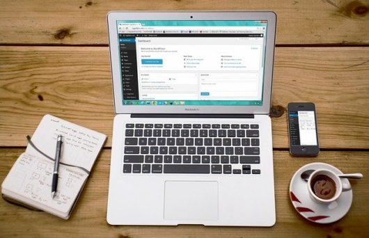 laptop 593673 640 530x342 - ワードプレスの使い方マニュアル!初心者に基礎知識やメリット・デメリットも解説